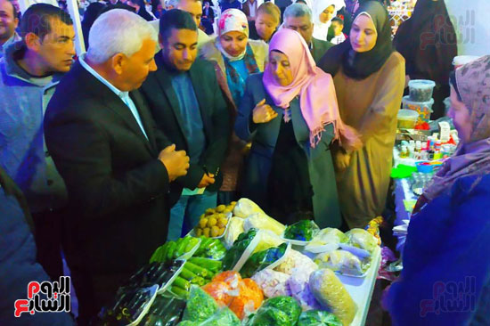 محافظ مطروح يفتتح معرض منتجات المرأة والشباب (2)