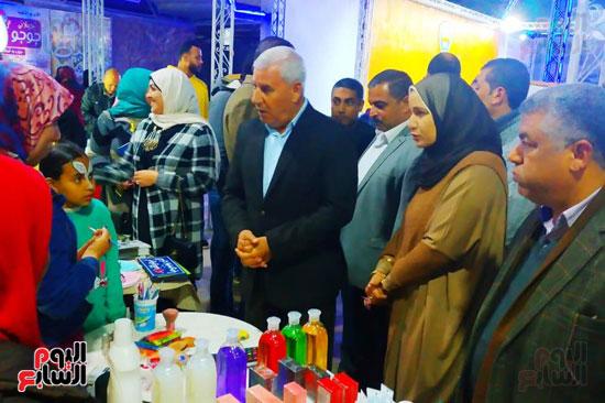 محافظ مطروح يفتتح معرض منتجات المرأة والشباب (3)