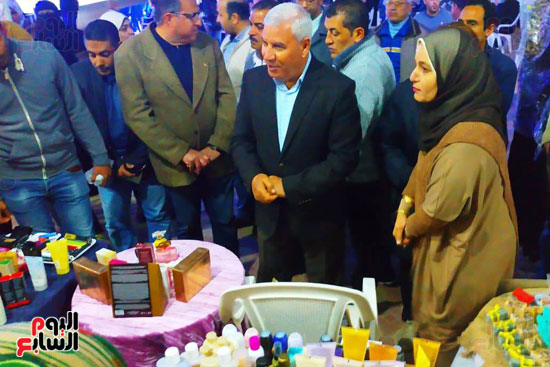 محافظ مطروح يفتتح معرض منتجات المرأة والشباب (6)
