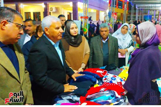 محافظ مطروح يفتتح معرض منتجات المرأة والشباب (8)