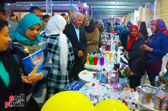 محافظ مطروح يفتتح معرض منتجات المرأة والشباب (4)