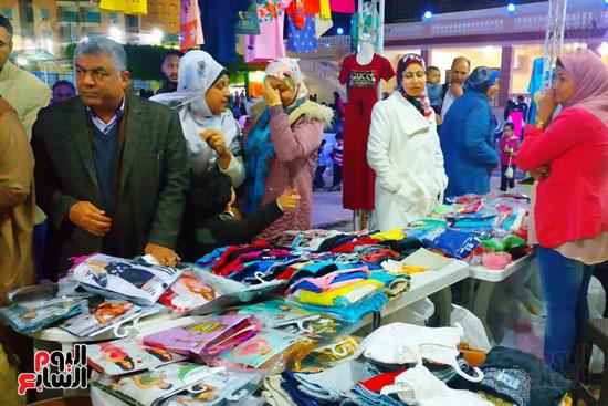 محافظ مطروح يفتتح معرض منتجات المرأة والشباب (5)