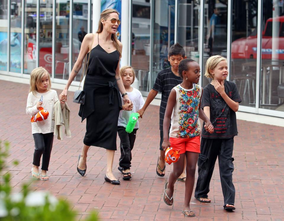 أنجلينا جولى وأبنائها فى عيد الام