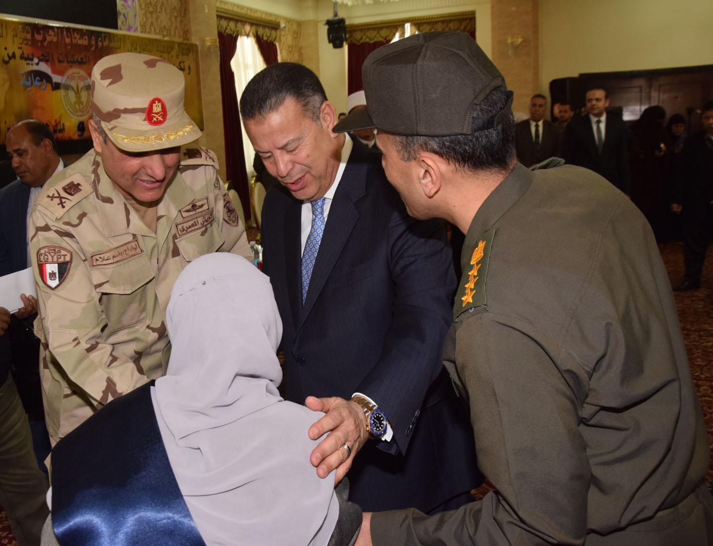 محافظ بنى سويف يكرم أسر شهداء أبطال القوات المسلحة (3)