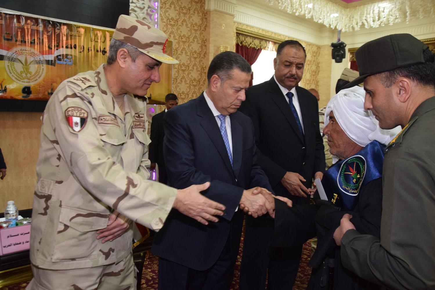 محافظ بنى سويف يكرم أسر شهداء أبطال القوات المسلحة (5)