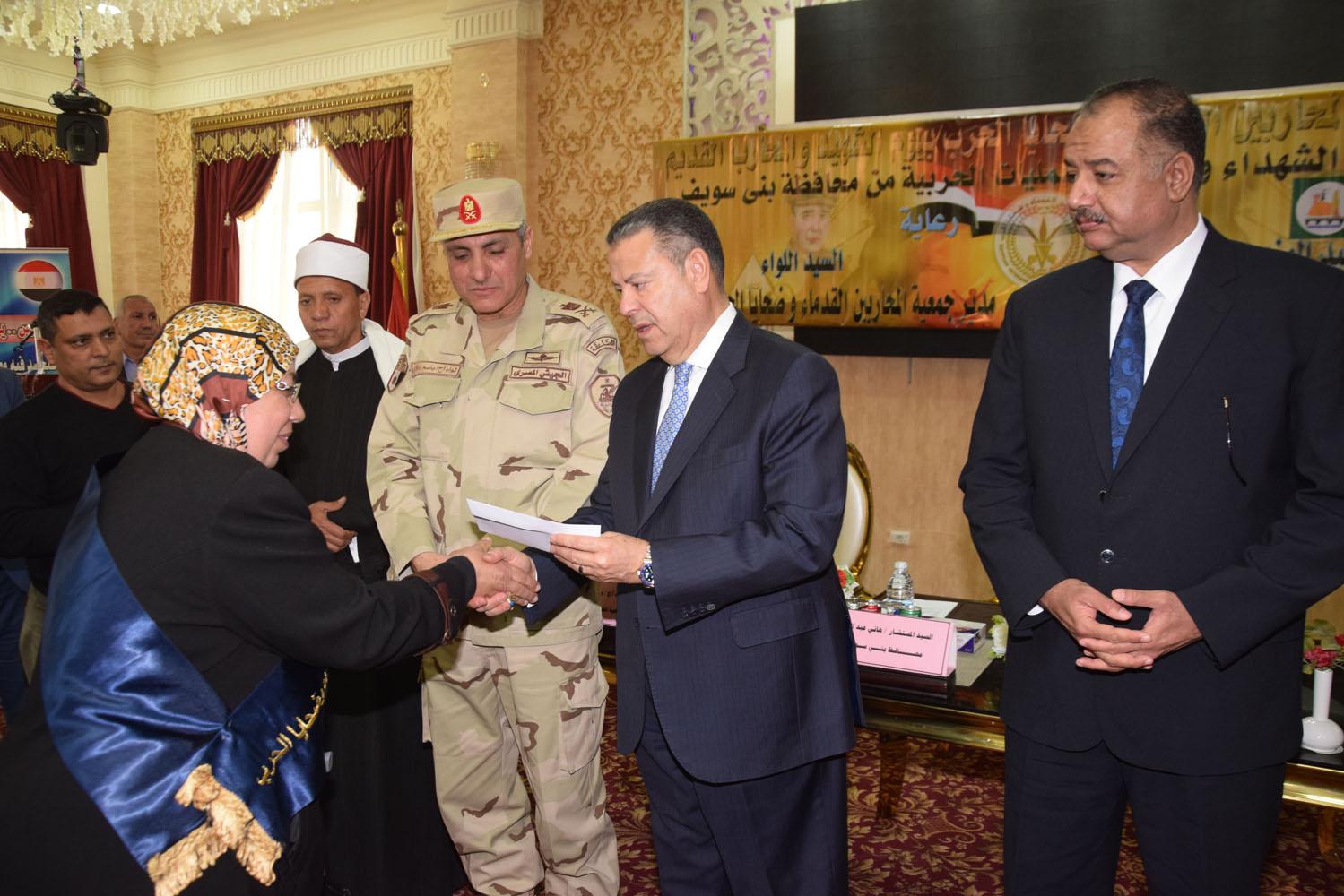 محافظ بنى سويف يكرم أسر شهداء أبطال القوات المسلحة (4)