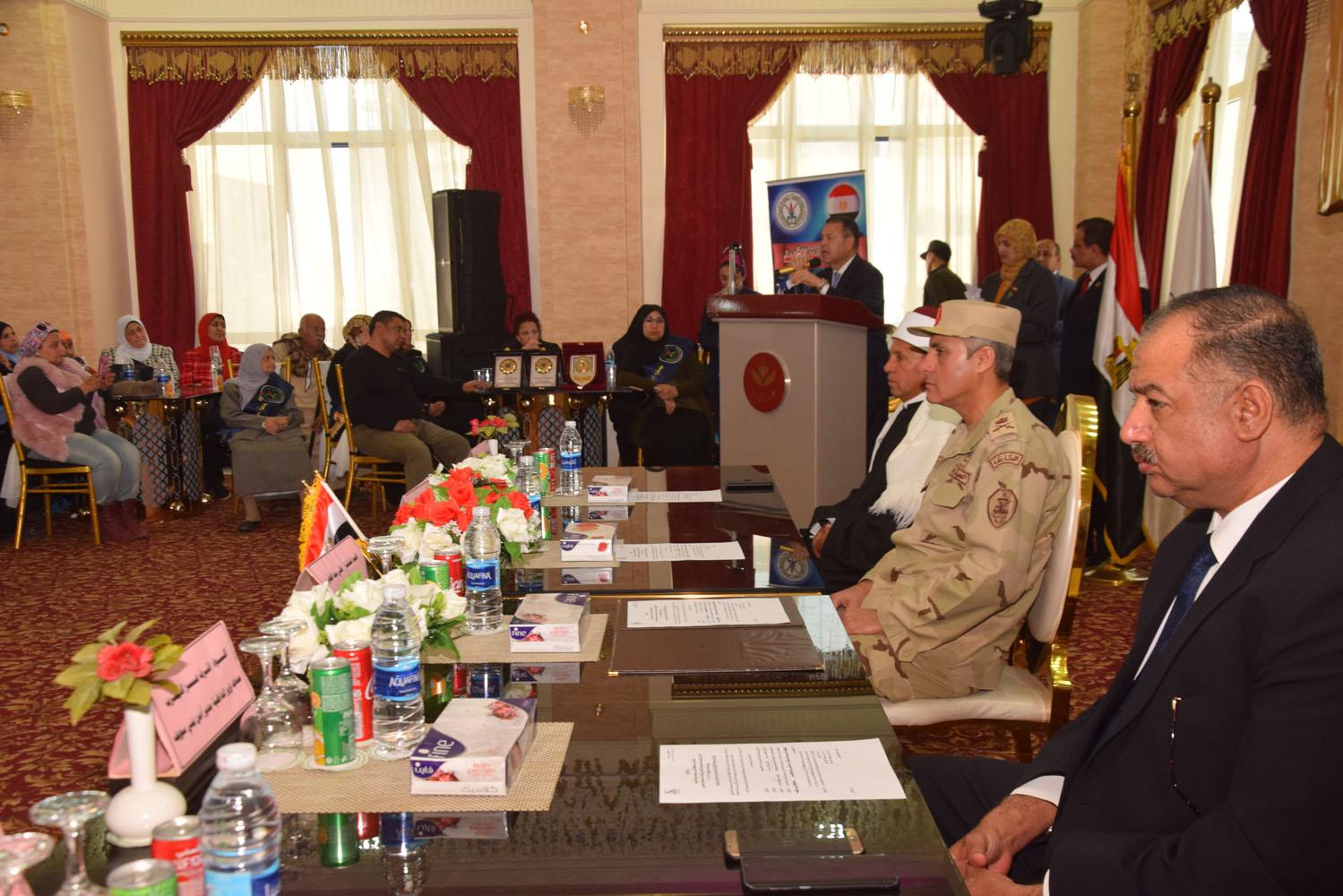محافظ بنى سويف يكرم أسر شهداء أبطال القوات المسلحة (1)