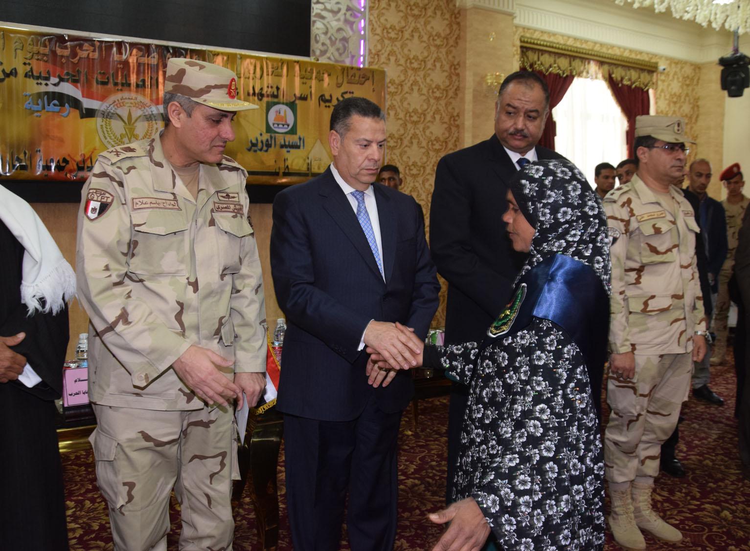 محافظ بنى سويف يكرم أسر شهداء أبطال القوات المسلحة (2)