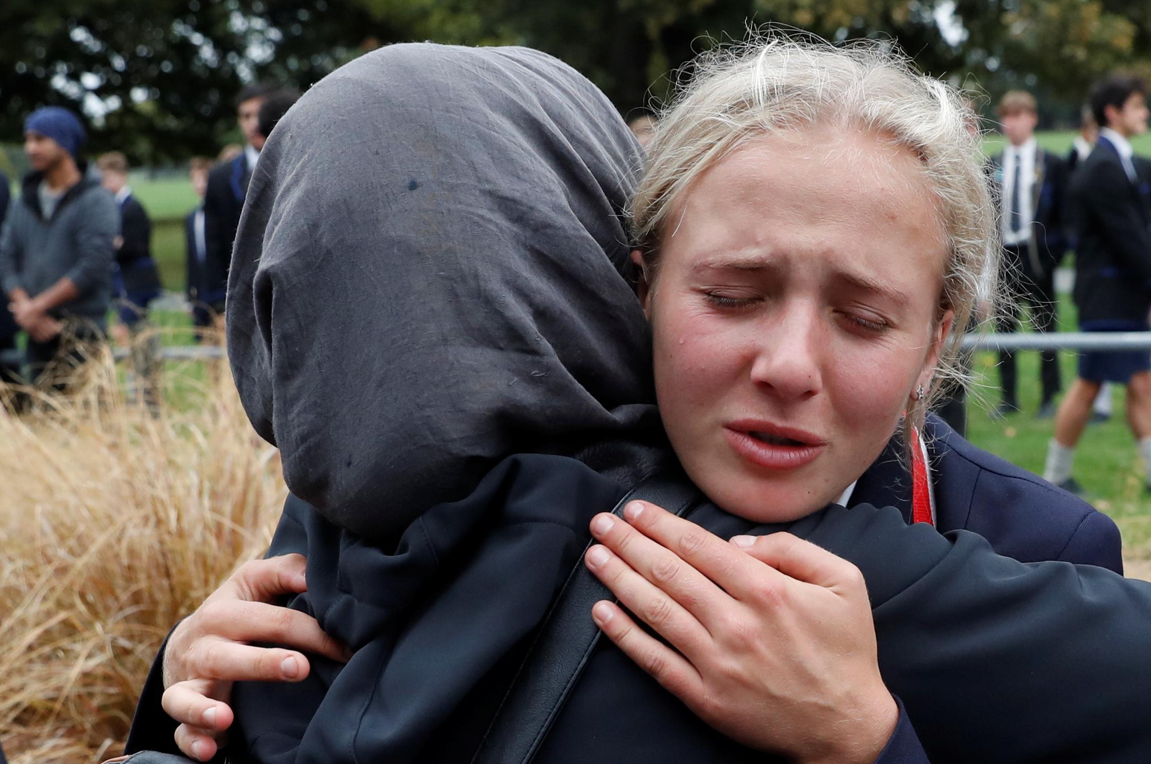 طالبة نيوزلندية تعزى زميلتها فى استشهاد قريبها