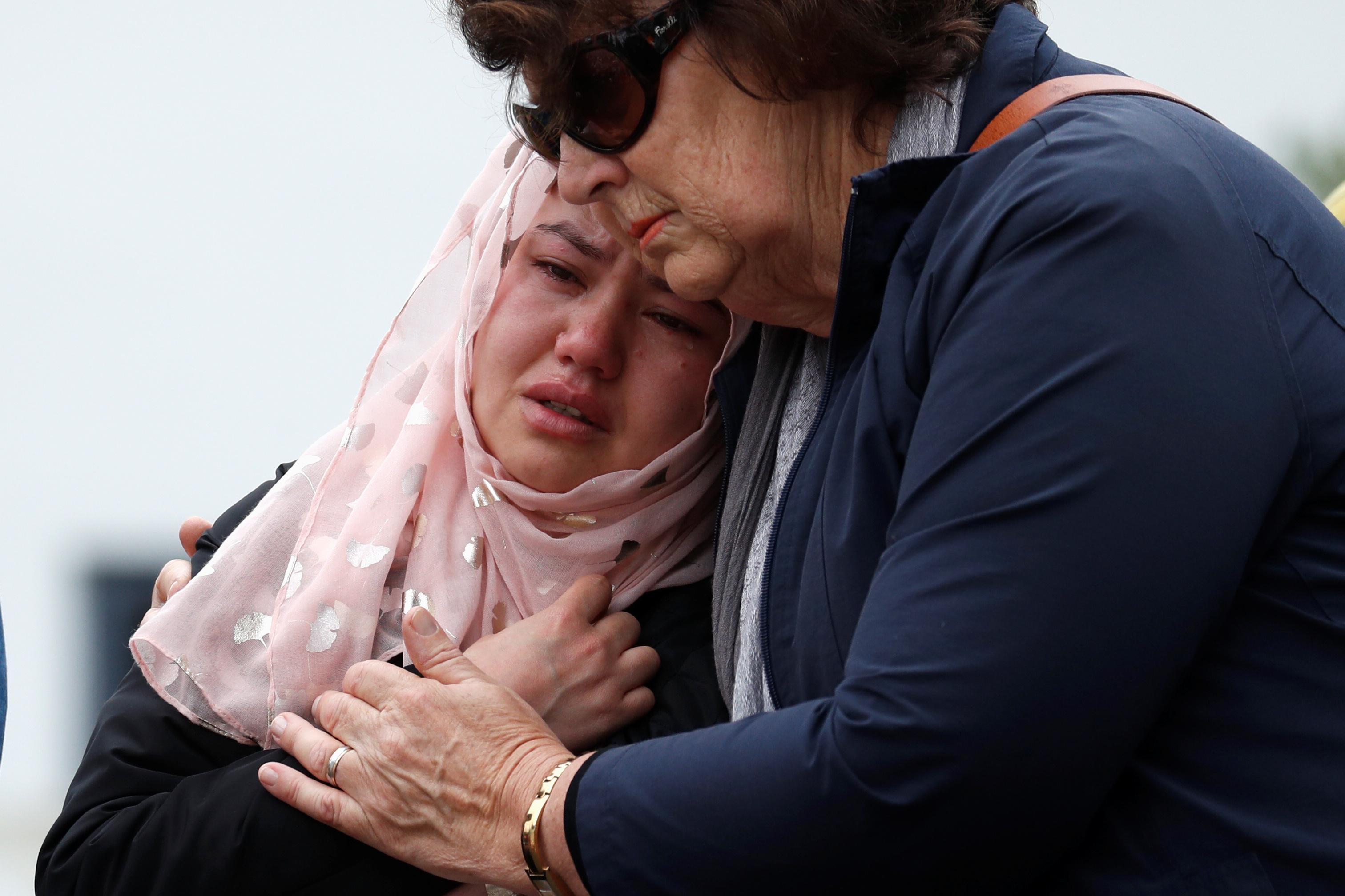 نيوزلندية تحتضن فتاة مكلومة لفقدان ذويها