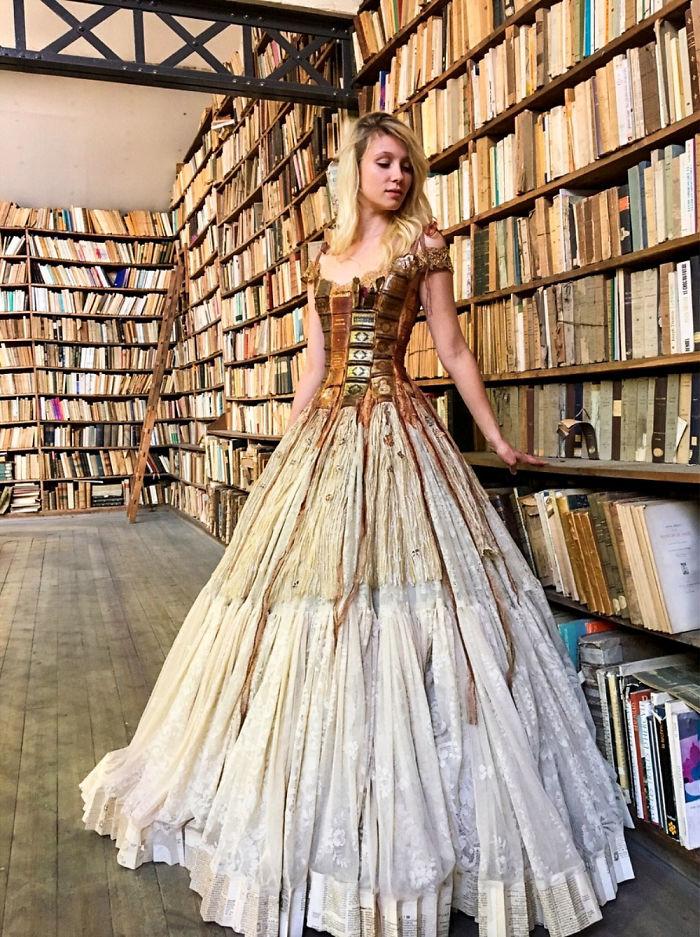 d9701d1d6314c لو بتحبى القراءة.. مصممة فرنسية تصنع الفساتين من حواف الكتب × 15 ...