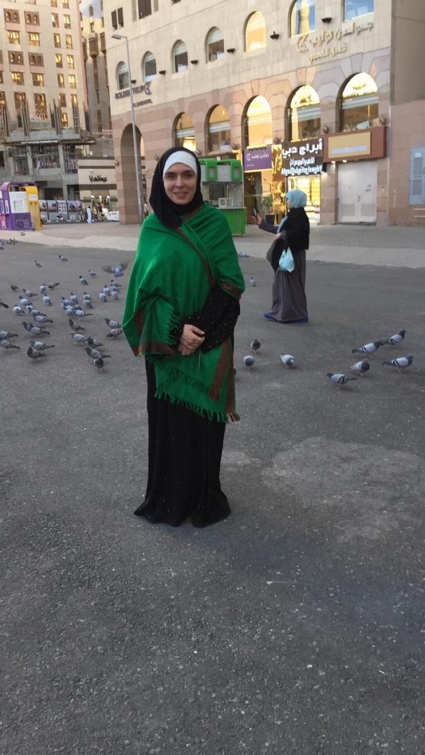 الفنانة دينا هلال أداء مراسم العمرة