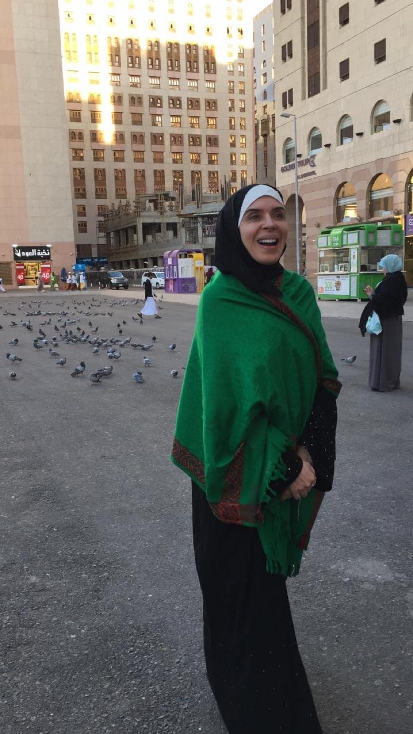 الفنانة دينا ترتدى شال أخضر خلال تواجدها فى مكة لأداء العمرة