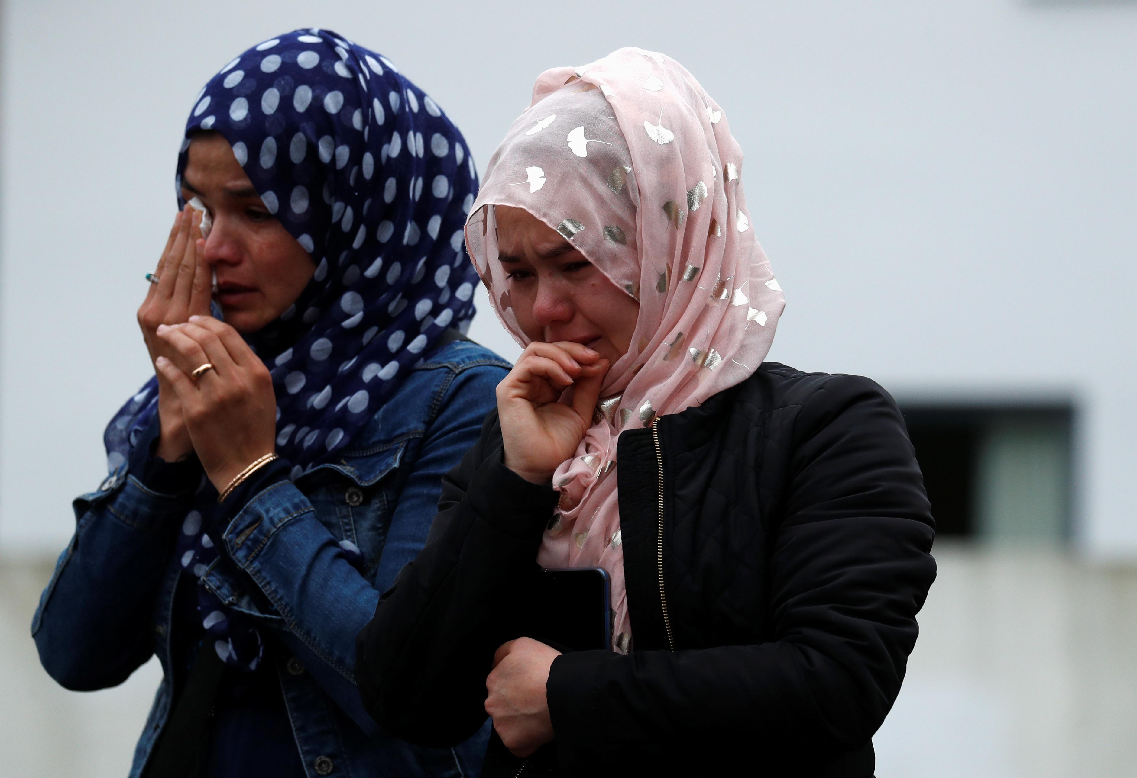 سيدات تبكين لفقدان ذويهم بالحادث الإرهابى
