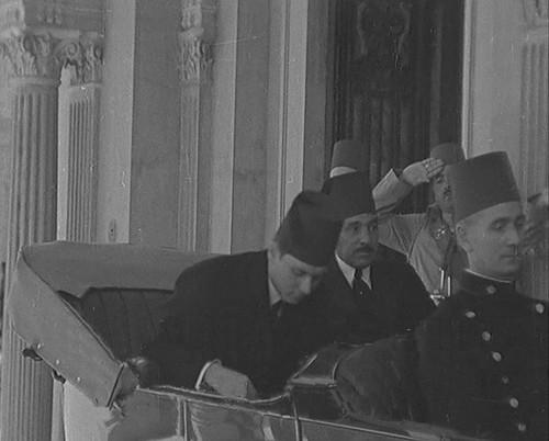 الملك فاروق وعلى باشا ماهر لدى وصوله سراى عابدين بعد عودته من انجلترا عقب وفاة والده الملك فؤاد