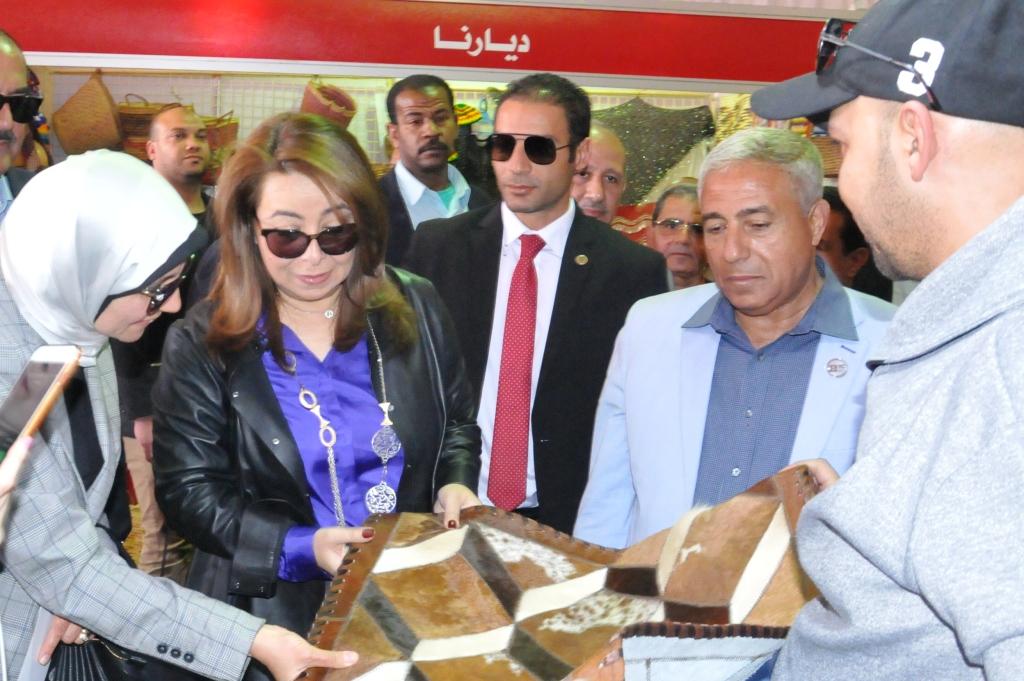 وزيرة التضامن ومحافظ أسوان يفتتحان معرض ديارنا بمشاركة 40 عارضا من الشباب (3)