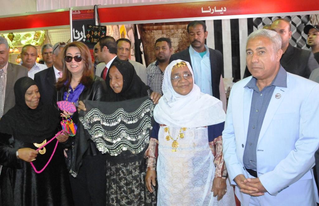 وزيرة التضامن ومحافظ أسوان يفتتحان معرض ديارنا بمشاركة 40 عارضا من الشباب (4)