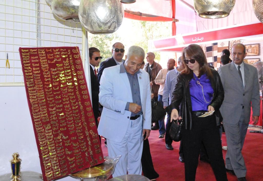 وزيرة التضامن ومحافظ أسوان يفتتحان معرض ديارنا بمشاركة 40 عارضا من الشباب (2)