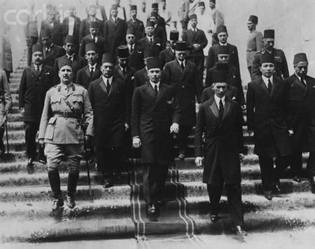 الملك فاروق لدى وصولة من انجلترا ، ويظهر بجوارة احمد باشا حسنين