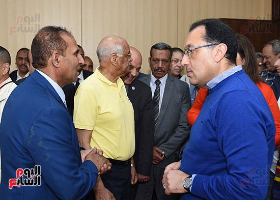 رئيس الوزراء، خلال جولته لوضع حجر الأساس لمحور دراو (15)