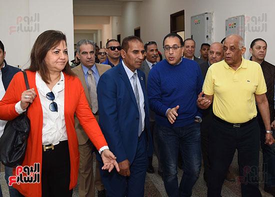 رئيس الوزراء، خلال جولته لوضع حجر الأساس لمحور دراو (16)