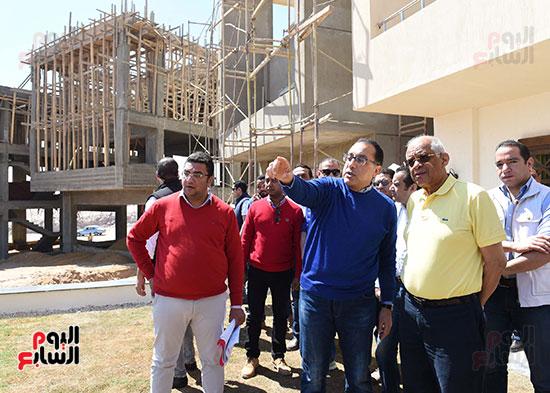 رئيس الوزراء، خلال جولته لوضع حجر الأساس لمحور دراو (3)