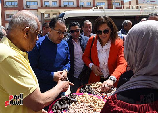رئيس الوزراء، خلال جولته لوضع حجر الأساس لمحور دراو (13)