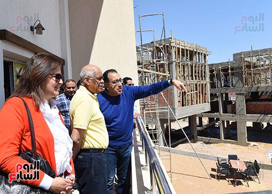 رئيس الوزراء، خلال جولته لوضع حجر الأساس لمحور دراو (7)
