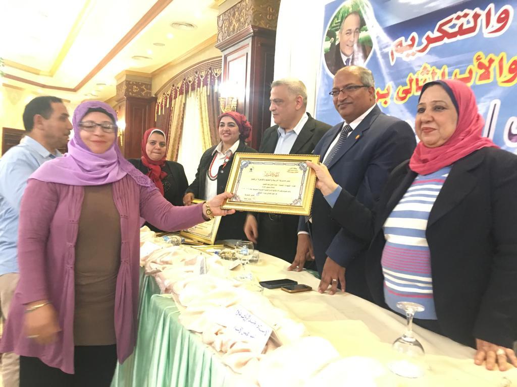 تعليم القاهرة تكرم الأم المثالية والأب من ذوى الإحتياجات الخاصة وأم الشهيد (9)