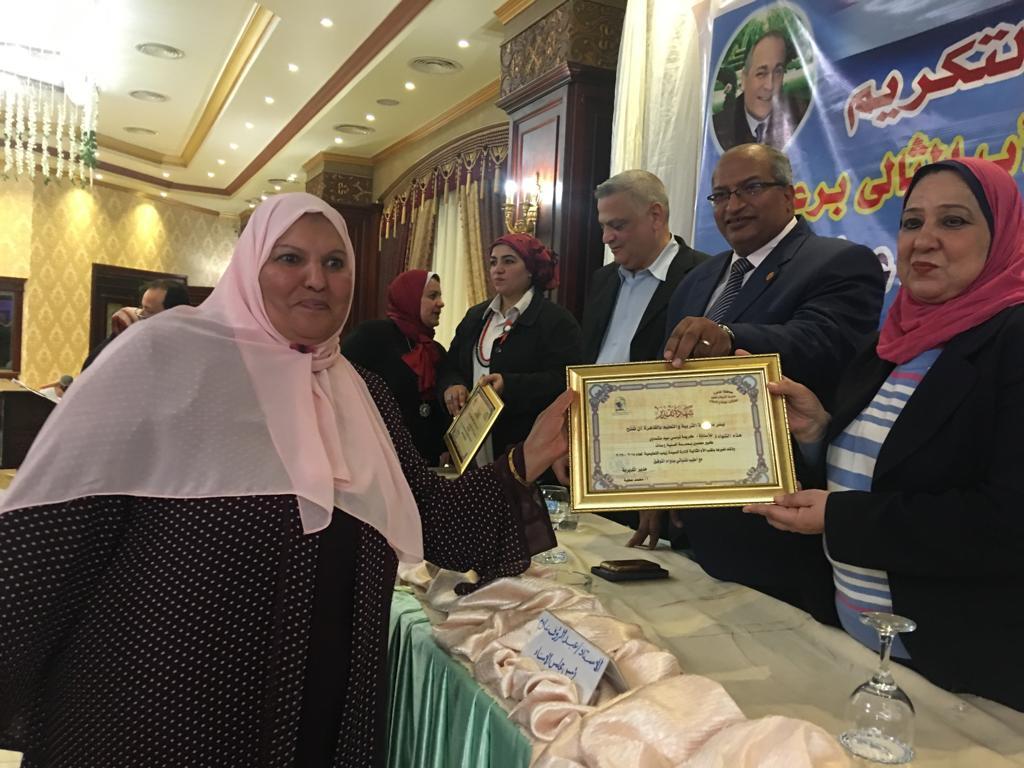 تعليم القاهرة تكرم الأم المثالية والأب من ذوى الإحتياجات الخاصة وأم الشهيد (8)