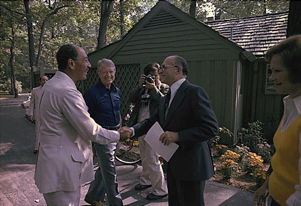 الرئيس الراحل أنور السادات والرئيس الأمريكى الأسبق جيمى كارتر ورئيس الوزراء الإسرائيلى مناحم بيجن