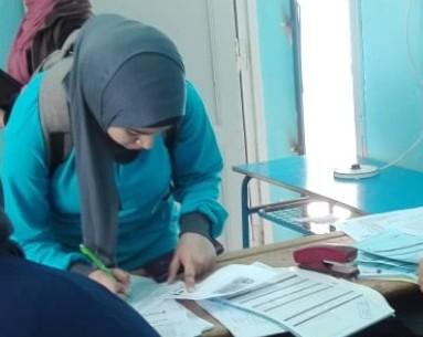 أثناء تسليم الشريحة لطلبة المدارس (1)