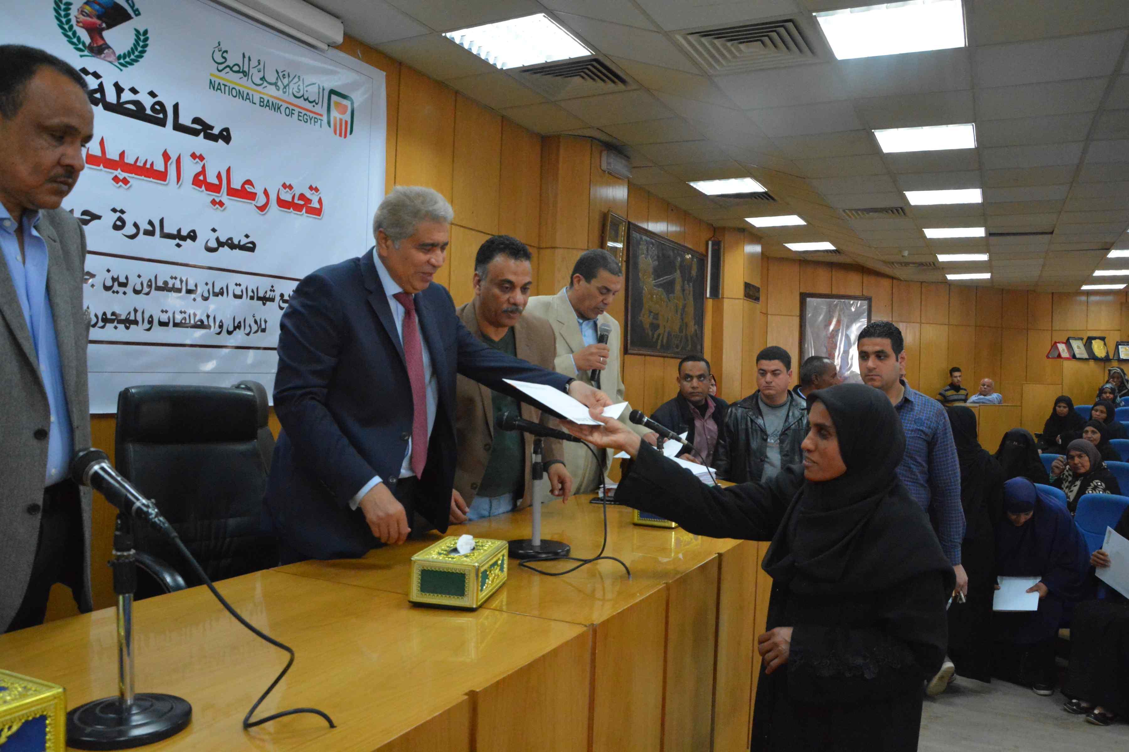 محافظ المنيا يٌسلم 200شهادة أمان من الأورمان للسيدات المعيلات (6)