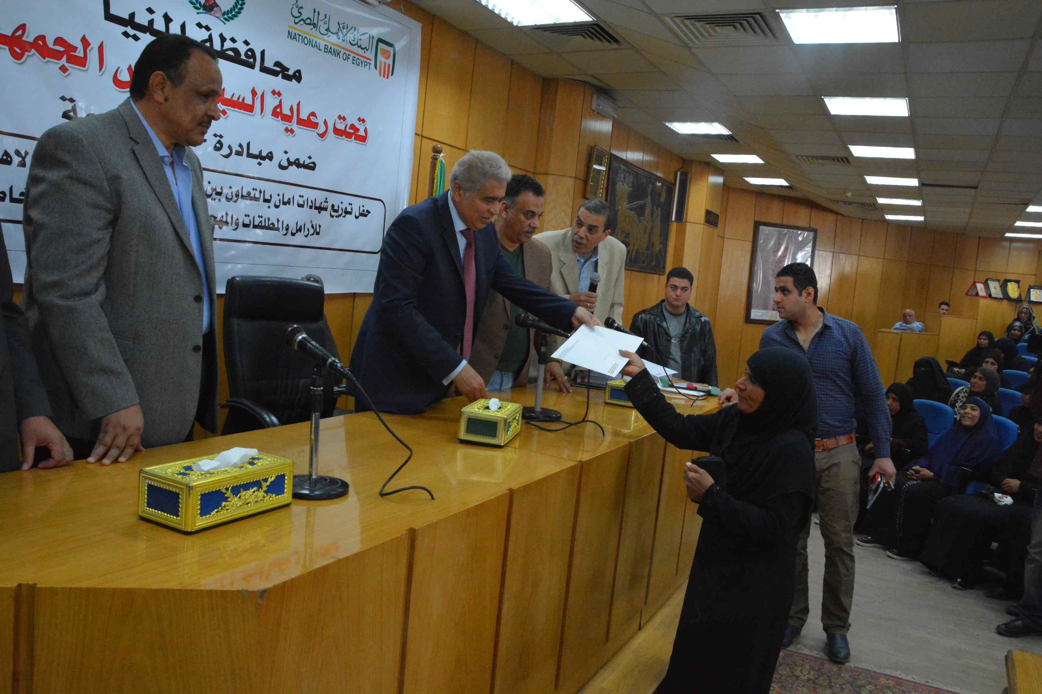 محافظ المنيا يٌسلم 200شهادة أمان من الأورمان للسيدات المعيلات (2)