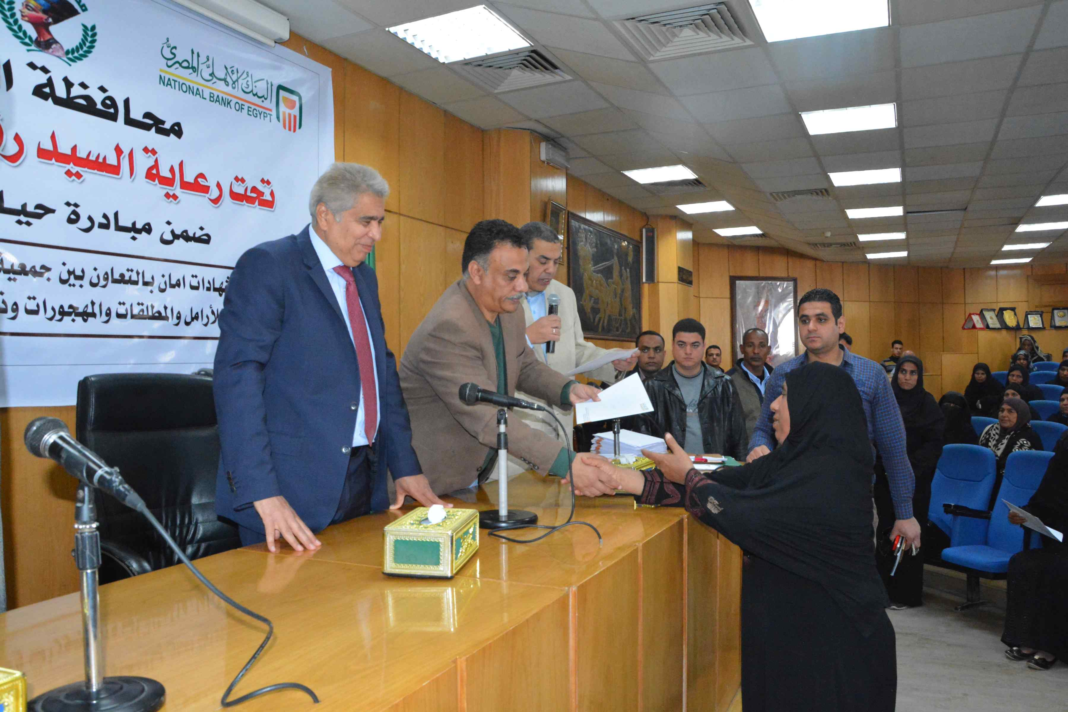 محافظ المنيا يٌسلم 200شهادة أمان من الأورمان للسيدات المعيلات (4)