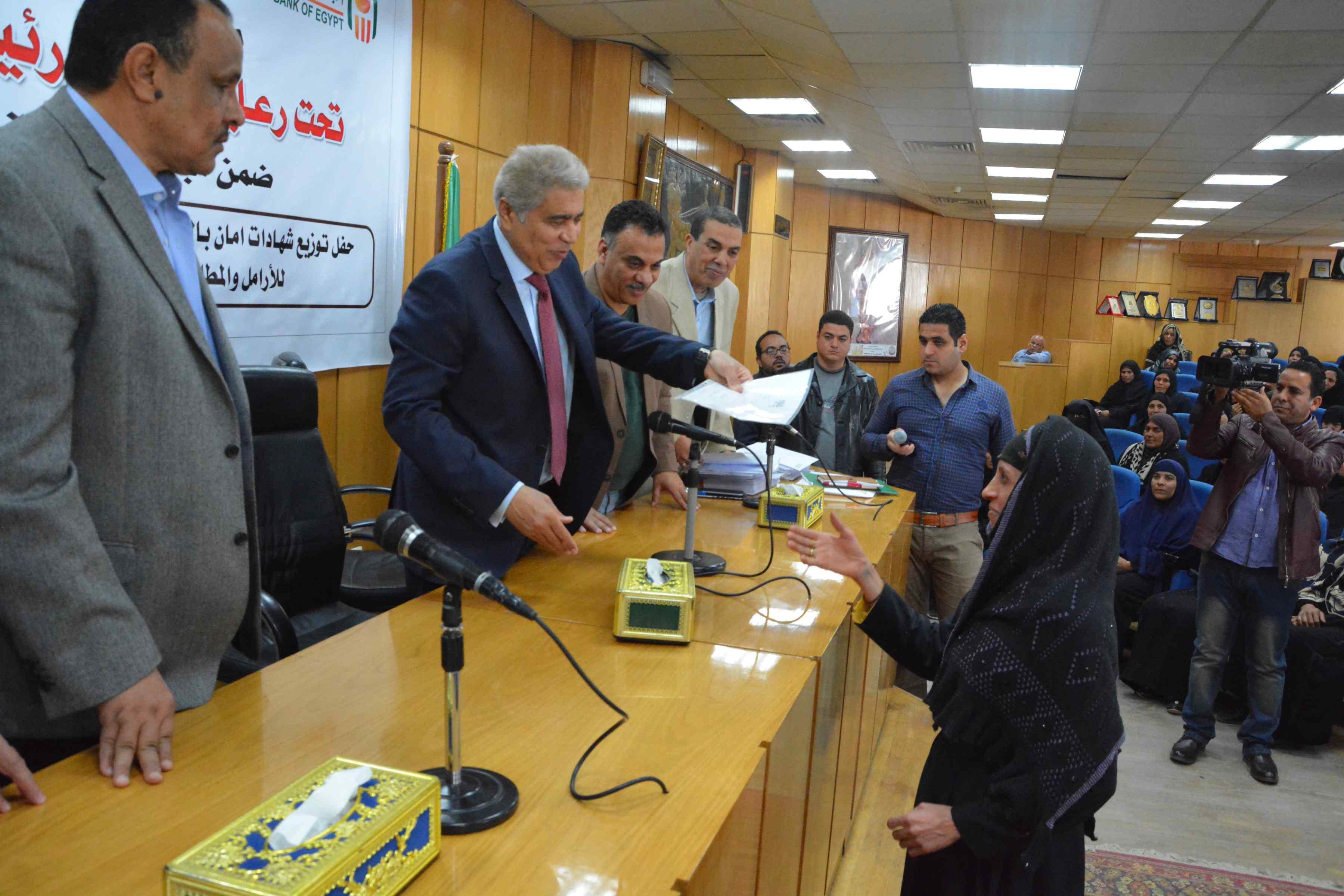 محافظ المنيا يٌسلم 200شهادة أمان من الأورمان للسيدات المعيلات (3)
