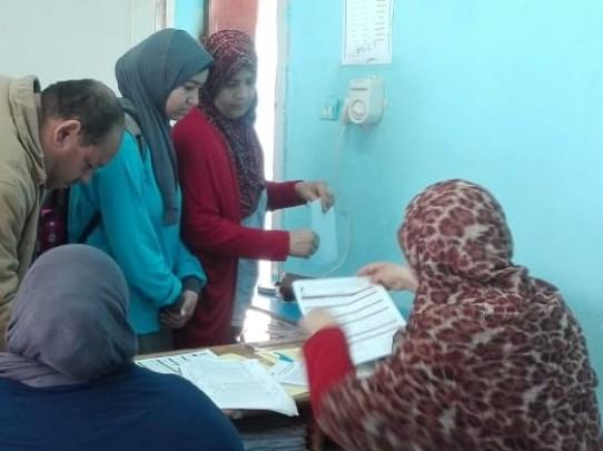 أثناء تسليم الشريحة لطلبة المدارس (3)