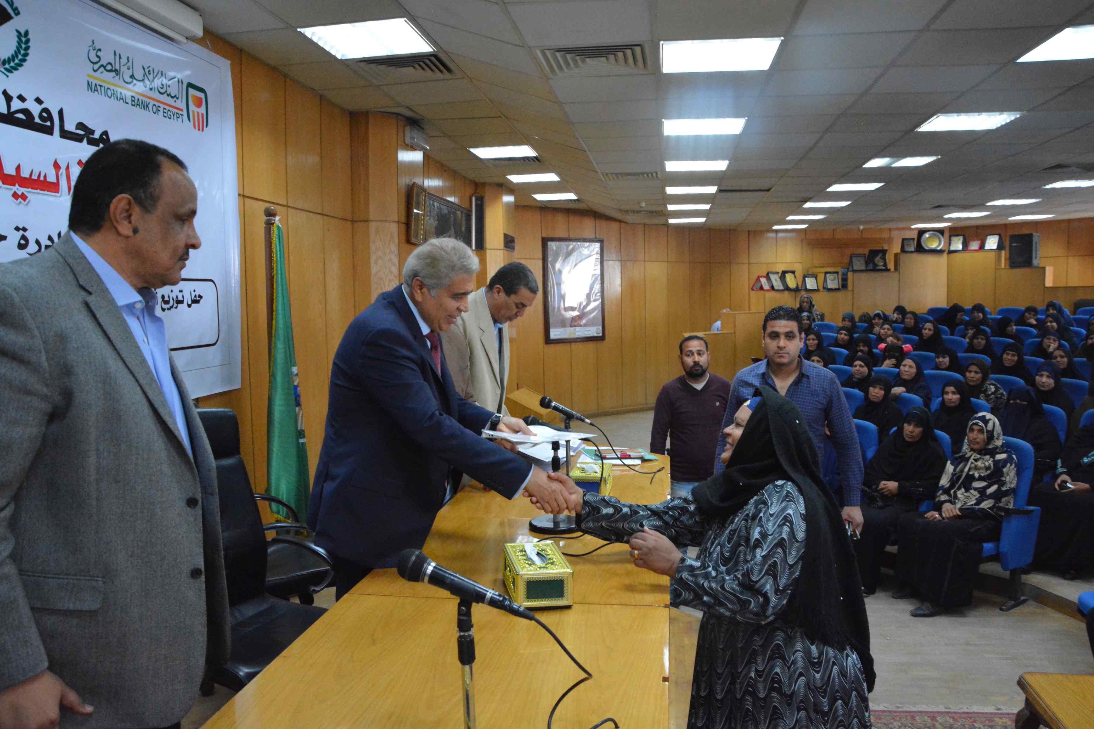 محافظ المنيا يٌسلم 200شهادة أمان من الأورمان للسيدات المعيلات (5)