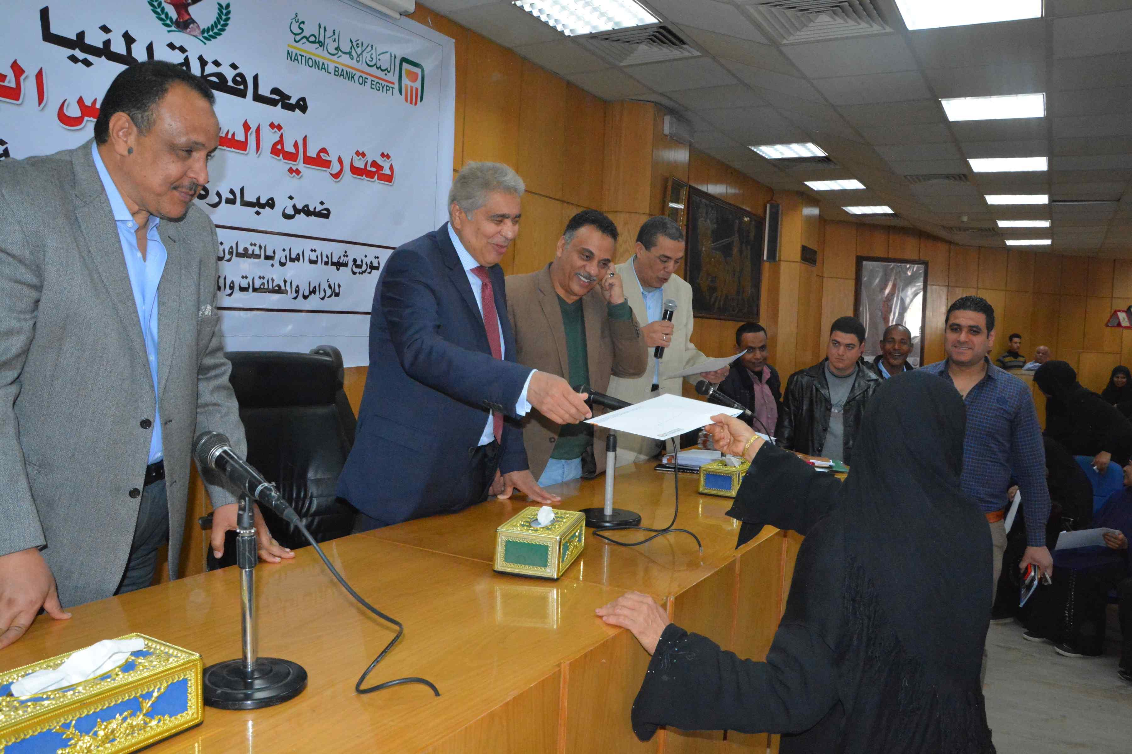 محافظ المنيا يٌسلم 200شهادة أمان من الأورمان للسيدات المعيلات (7)