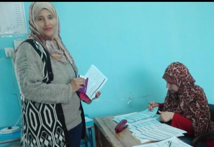 أثناء تسليم الشريحة لطلبة المدارس (2)
