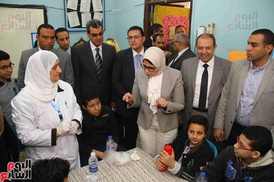 وزيرة الصحة تطلق حملة القضاء على الديدان  (13)
