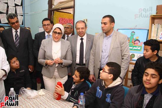وزيرة الصحة تطلق حملة القضاء على الديدان  (11)