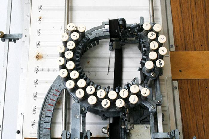 آلة كاتبة للنوتة الموسيقية  (2)