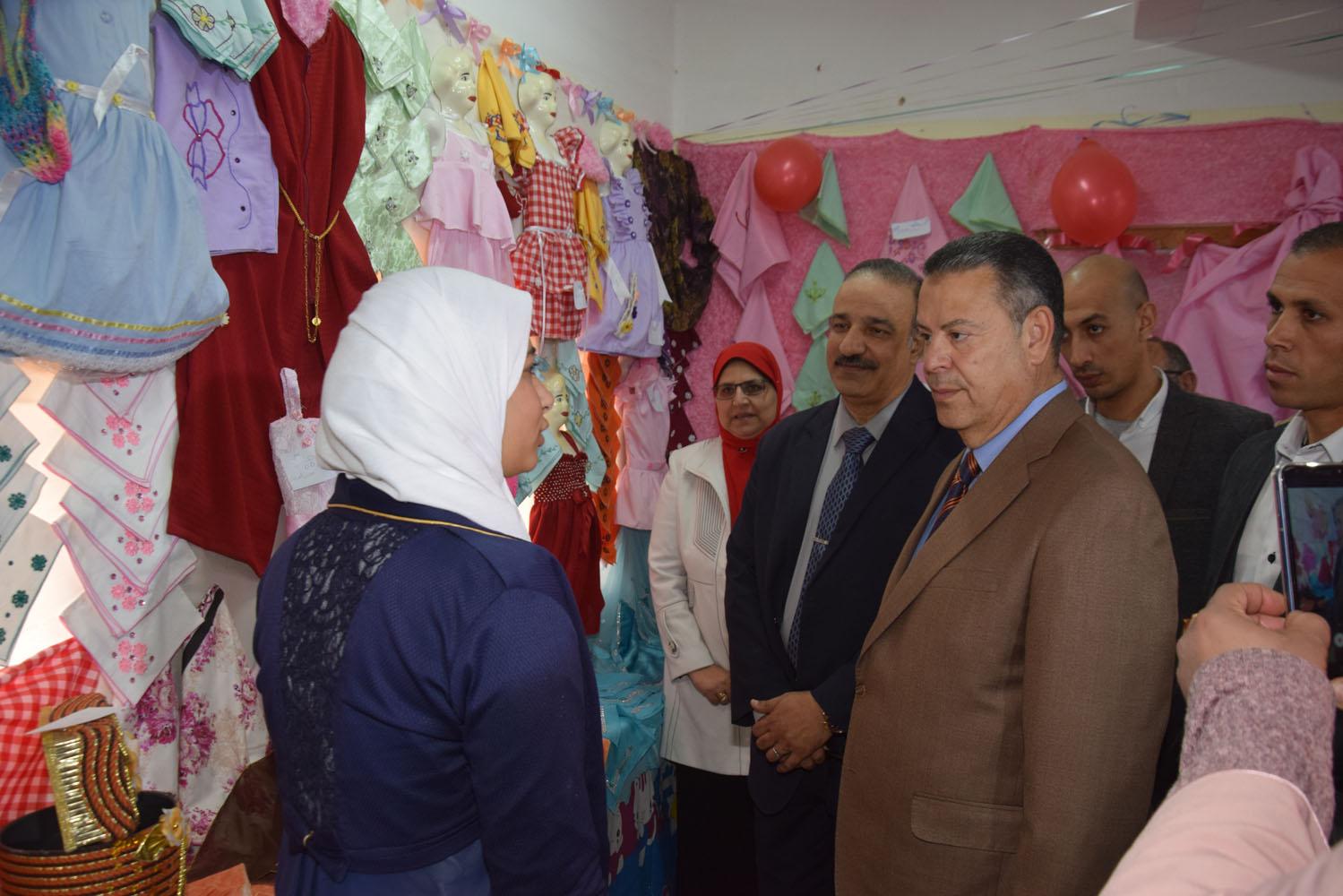 محافظ بنى سويف يفتتح معرض منتجات التعليم الفنى بمدرسة الفنية بنات (6)
