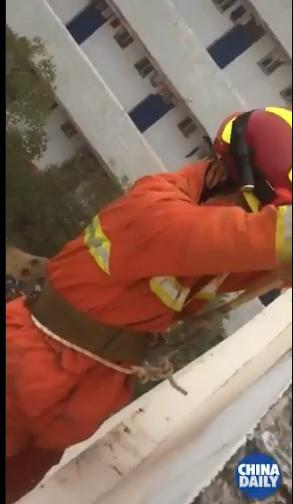 رجل الاطفاء يتسلل لإنقاذ الفتاة