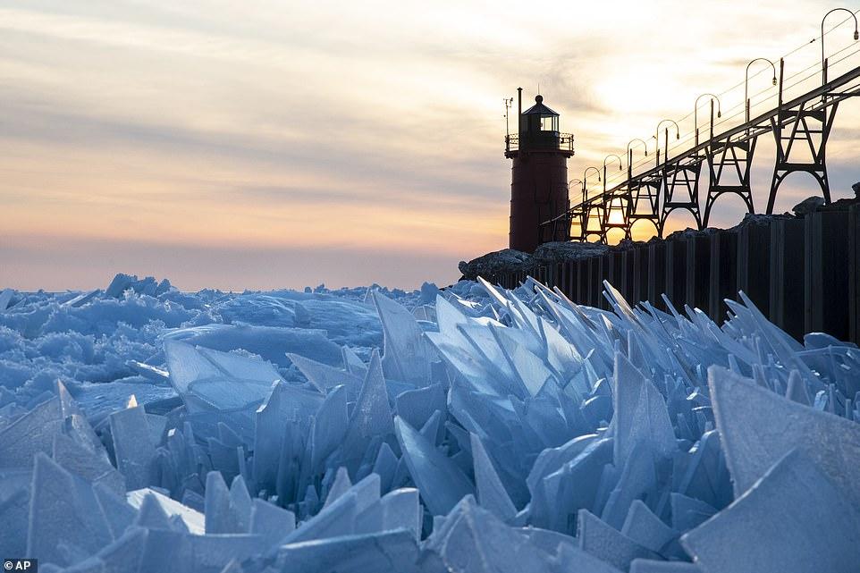.. ذوبان الجليد فى بحيرة frozen بأمريكا  (1)