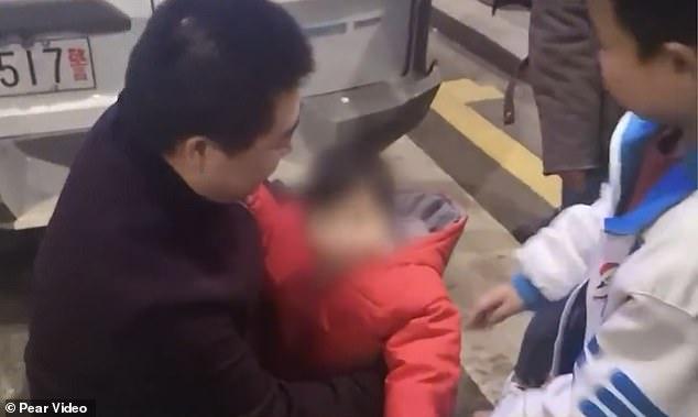 رجل صينى يبيع أبنته (2)
