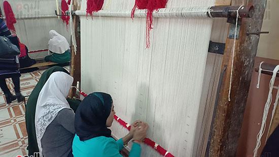 الأمهات-العاملات-بتصنيع-السجاد-(4)