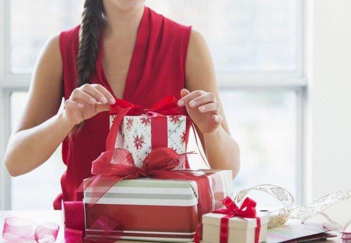 435d83ff3 الهدية حسب المادة.. من الورد للموبايل.. كيف تطورت هدايا المدرسات ...