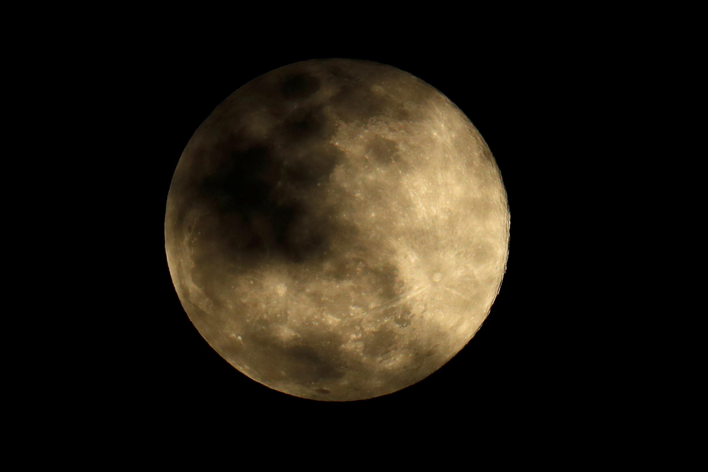 القمر العملاق (1)